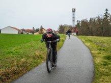 Nacvičování sjezdového postoje na mírném asfaltovém sjezdu